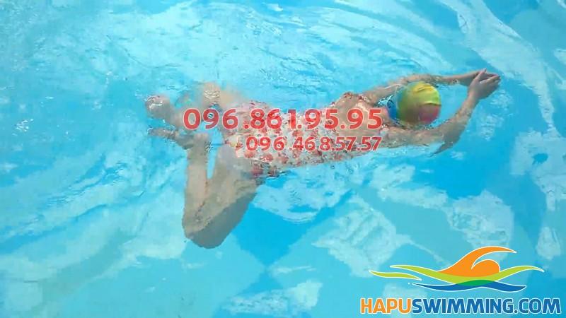 Học viên Bảo Sơn Swimming thực hiện kỹ thuật bơi ếch