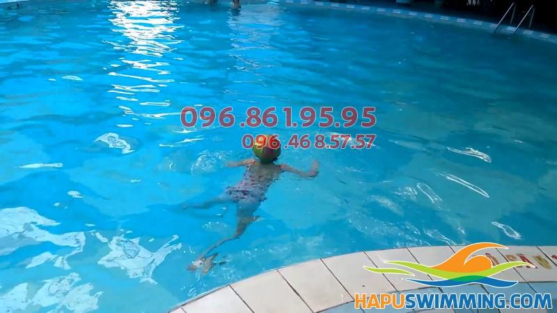 Học viên trẻ em thực hành bơi tại bể Vạn Bảo