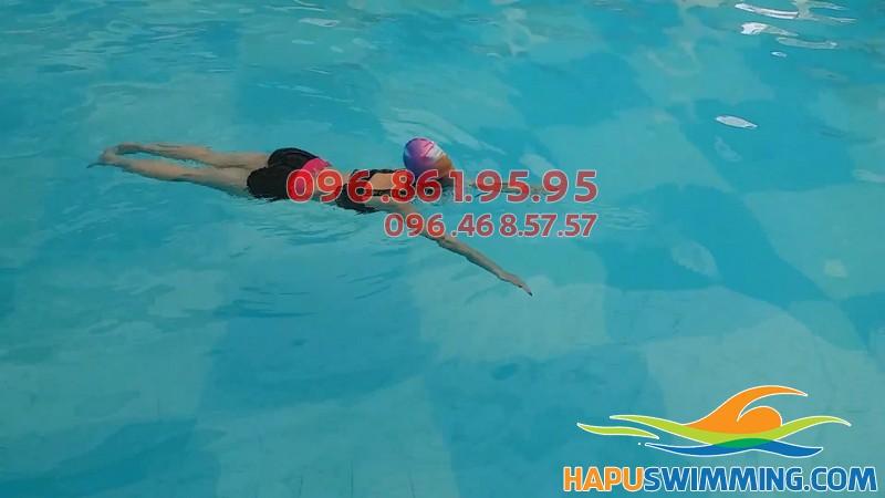 Học viên Hà Nội Swimming thực hiện kỹ thuật bơi thành thạo