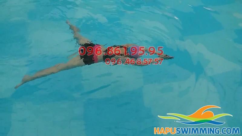Học viên Hà Nội Swimming thực hiện kỹ thuật bơi ếch thành thạo sau khóa học