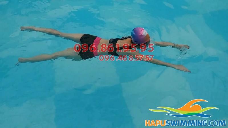 Học viên Hà Nội Swimming thực hiện kỹ thuật bơi