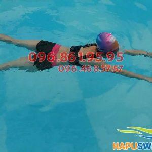 HLV Hà Nội Swimming thực hiện kỹ thuật bơi ếch