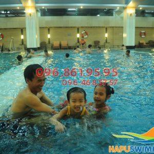 Các bé sẽ được học bơi kèm riêng khi học bơi tại Hà Nội Swimming