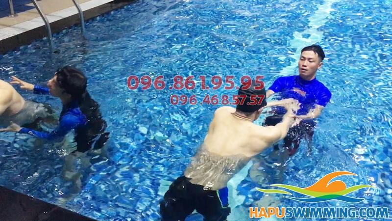Lớp học bơi tại Hapulico được tổ chức với hình thức dạy kèm riêng chất lượng