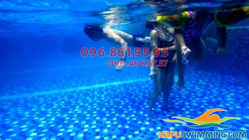 Nước tại bể bơi Hapulico chất lượng, sạch trong xanh đến tận đáy