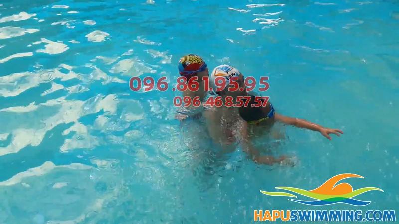 6 tuổi bé có thể tham gia các lớp học bơi ở Mỹ Đình