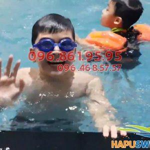 Ngoài việc bơi lội tự tin bé còn được học nhiều kỹ năng an toàn khi bơi