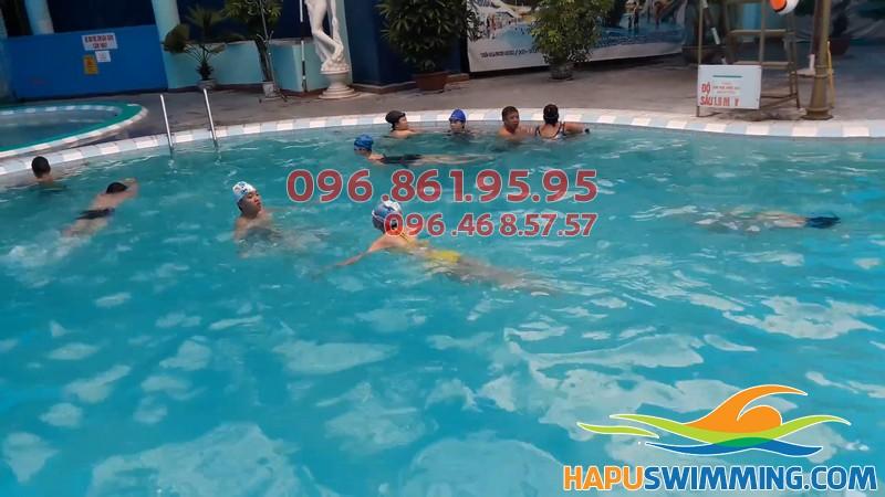 Lớp học bơi tại khách sạn Bảo Sơn nhận dạy bơi cả trẻ em và người lớn