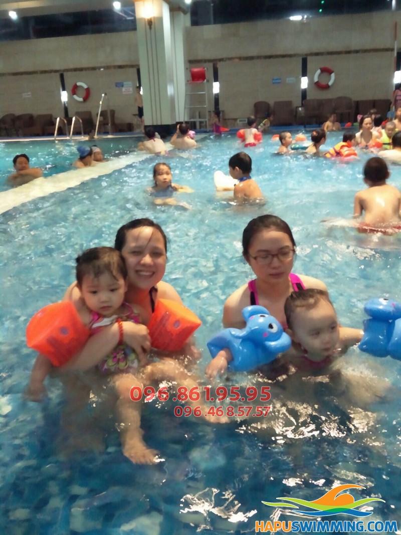 Trẻ học hơi lúc mấy tuổi - Mách mẹ độ tuổi học bơi phù hợp của bé