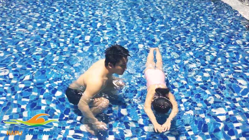 Dạy học bơi cho trẻ em
