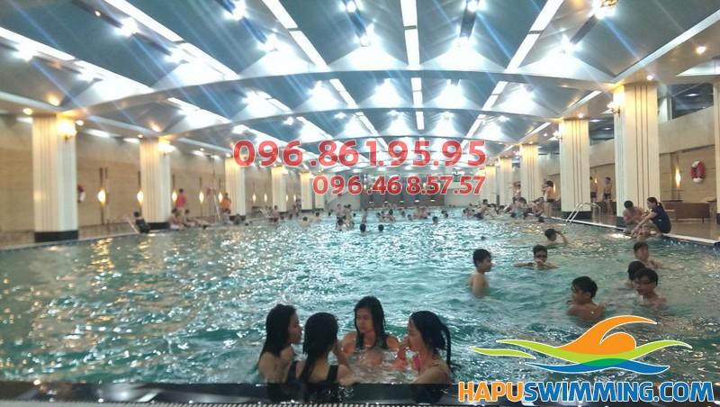 Bể bơi Hapulico có quy mô rộng lớn và được thiết kế khá sang trọng