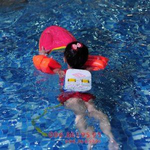 Dạy bé tập bơi phụ huynh nên chuẩn bị đầy đủ các dụng cụ hỗ trợ cần thiết