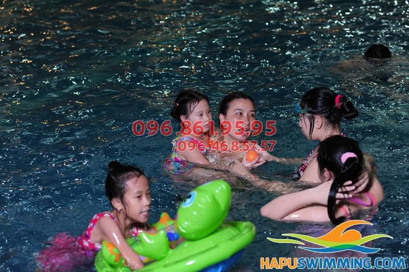 Cách dạy bé tập bơi đơn giản, dễ thực hiện nhất