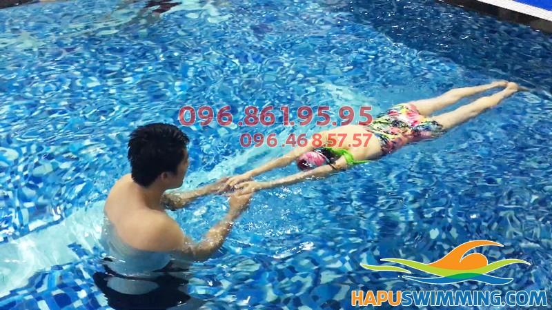 Học viên được học tất cả các kỹ thuật học bơi cơ bản khi tham gia học bơi tại Hapulico