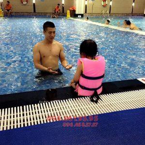 Bé học bơi ở Hapulico được học nhiều nội dung bổ ích