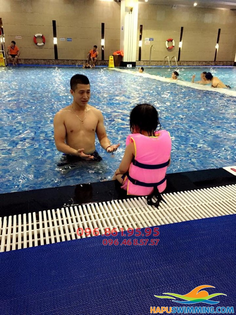Bé 5 tuổi học bơi tại Hapulico