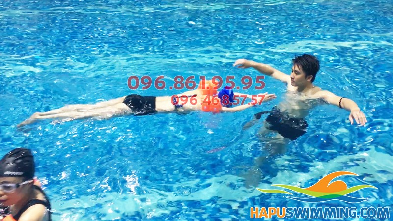 Dạy bơi cho người mới học, trung tâm sẽ dạy kiểu bơi ếch cùng các kỹ năng an toàn cơ bản
