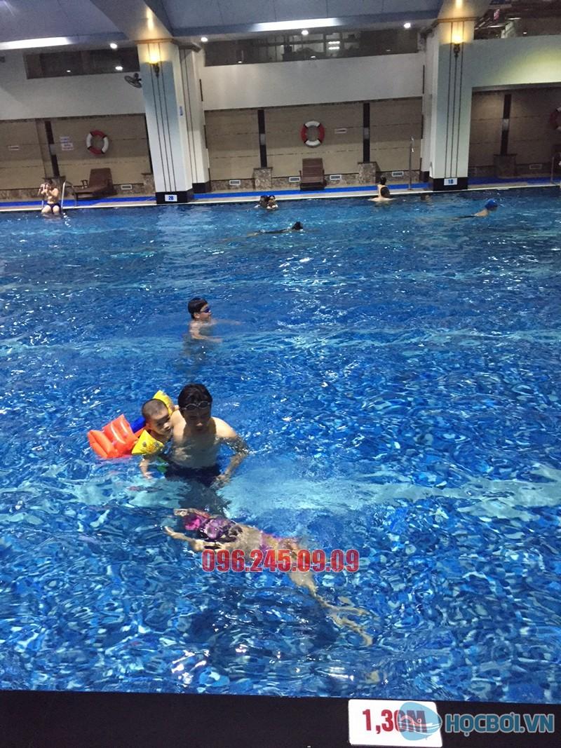 Lớp học bơi cho trẻ 5 tuổi cơ bản ở bể Hapulico 1 khóa bao nhiêu tiền