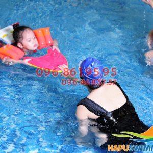 Các bé được học bơi kèm riêng cùng giáo viên giỏi tại Hapulico