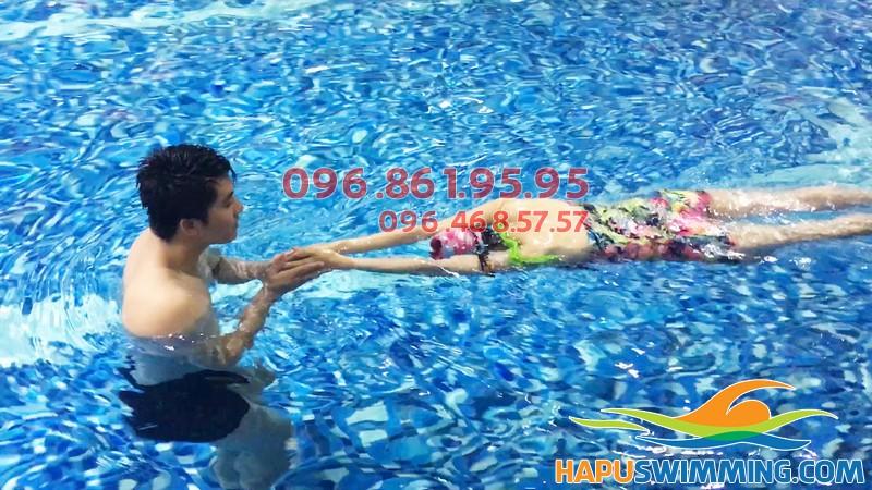 Đội ngũ HLV Hapulico được đào tạo chuyên sâu và nhiều kinh nghiệm dạy bơi