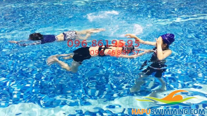 HLV hướng dẫn học viên cách co chân chuẩn kỹ thuật trong bơi ếch