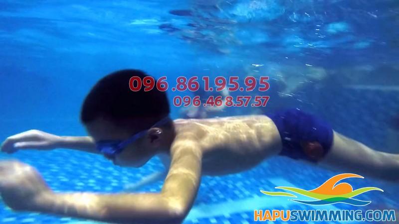 Bé được học bơi chuyên nghiệp ở Hapulico