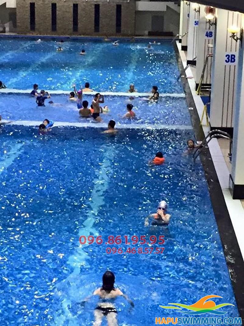 Lớp học bơi cơ bản ở bể bơi Hapulico cho bé gái có HLV nữ kèm riêng