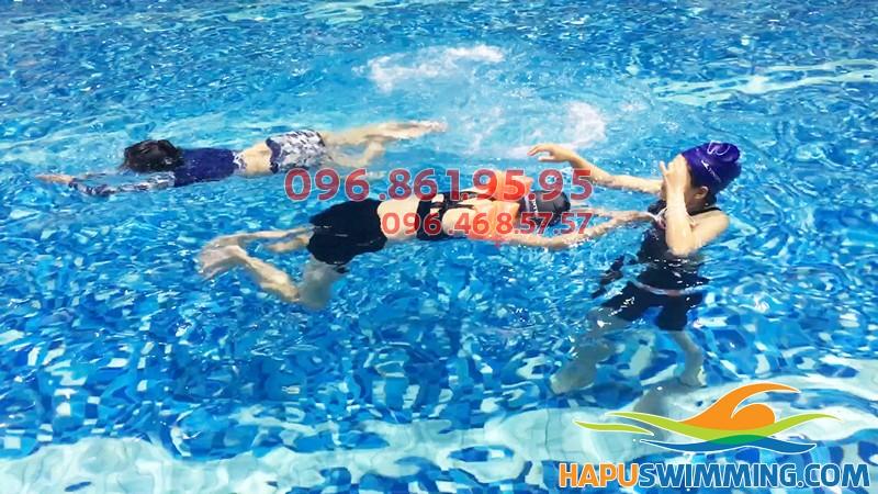 Hình ảnh thực tế lớp học bơi dành cho người lớn kèm riêng ở bể bơi Hapulico