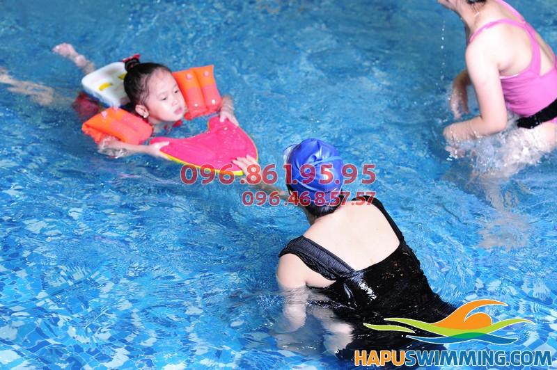 Bé học bơi ở Hapulico được học bơi với hình thức kèm riêng chất lượng