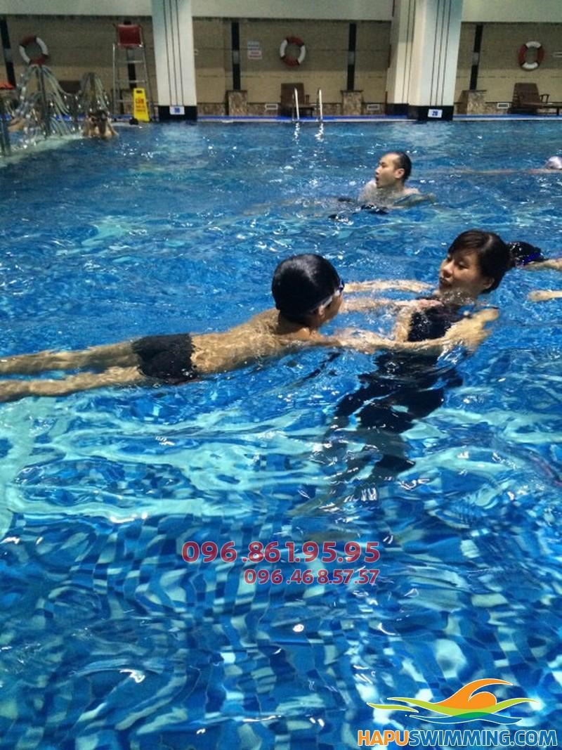 Bé học bơi tại Hapulico sẽ được học bơi ếch và các kỹ năng an toàn khi bơi