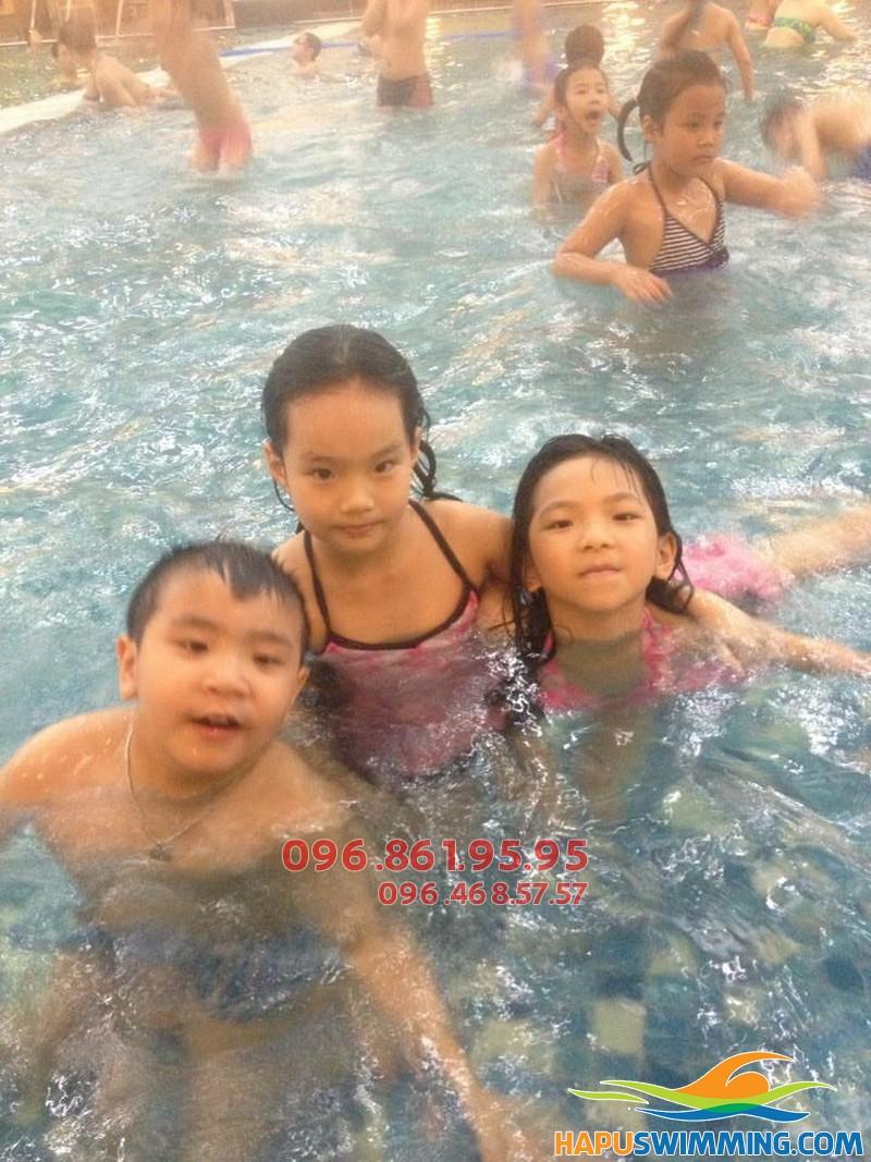 Các bé học bơi ở Hapulico sẽ được học bôi ếch đúng kỹ thuật và các kỹ năng an toàn khi bơi