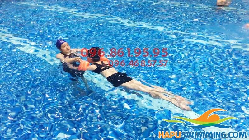 Học viên nữ được học bơi kèm riêng chất lượng tại Hapulico