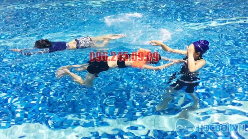 Học bơi ở Hapulico, học viên được học bơi với nội dung phong phú và thiết thực