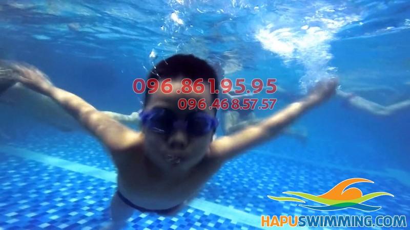 Học bơi ở Hapulico bé được học bơi ếch cùng các kỹ năng an toàn khách