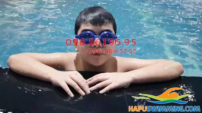 Bơi lội giúp trẻ tự tin hơn, có thể chất tốt hơn