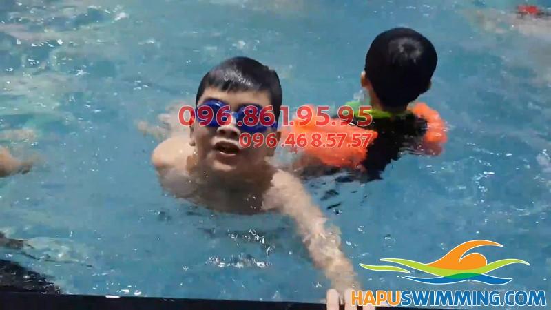 Lứa tuổi tiểu học là lứa tuổi học bơi có nhiều lợi ích nhất