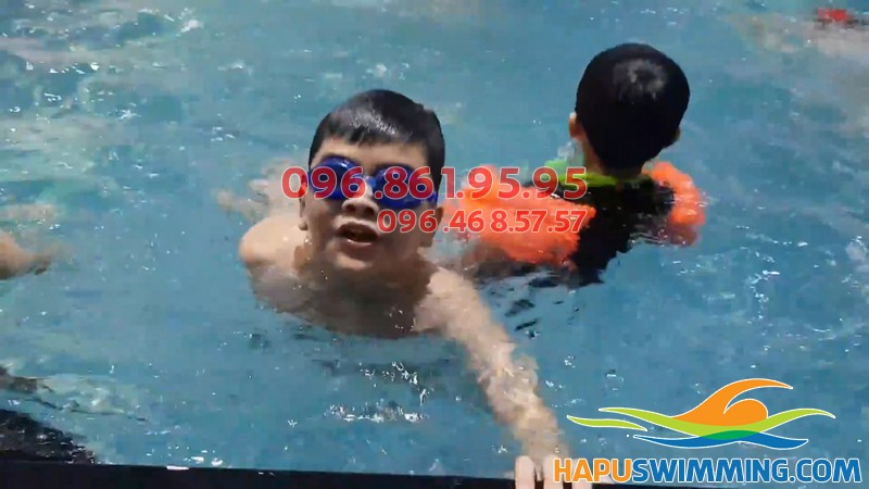 Bé học bơi sẽ tự tin hơn, có sức khỏe tốt hơn