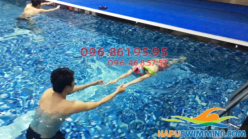 Trung tâm dạy bơi chuyên nghiệp Hapu Swimming - Hình ảnh thực tế lớp học bơi cơ bản hè 2018