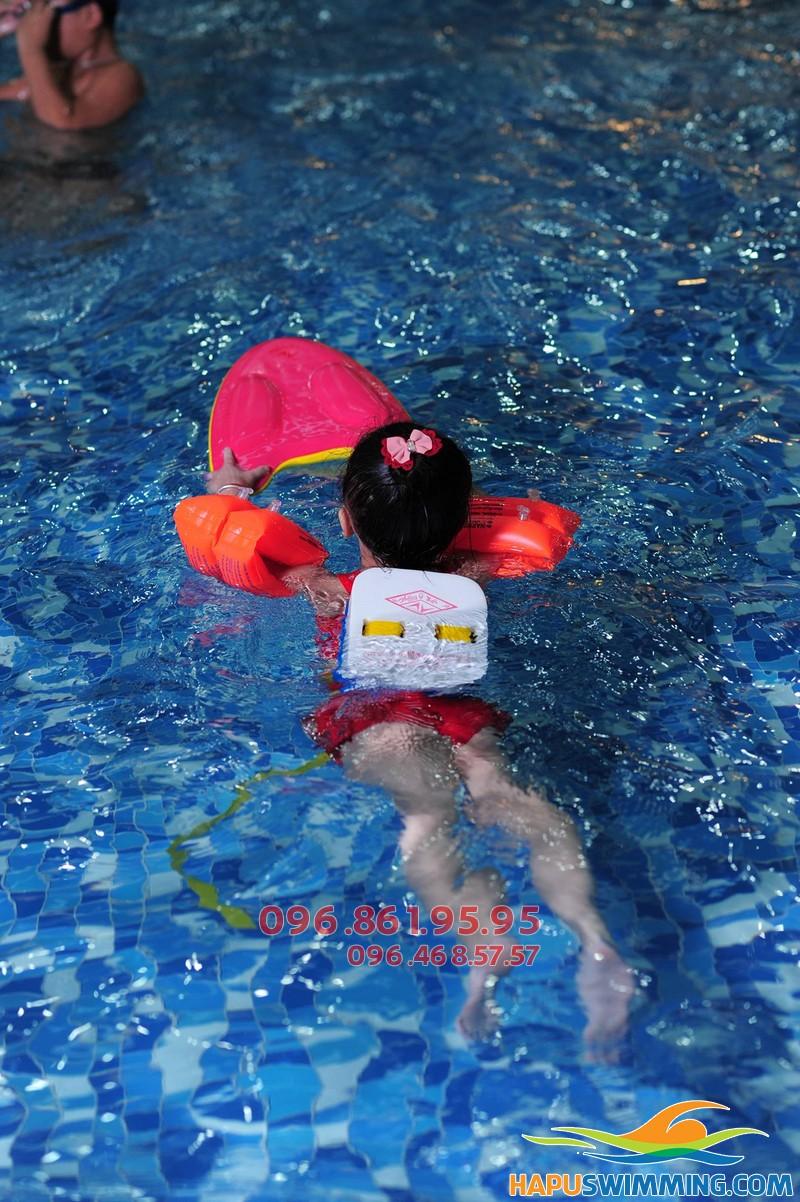 Bể bơi Hapulico nước trong xanh đến tận đáy cực thích hợp cho bé học bơi