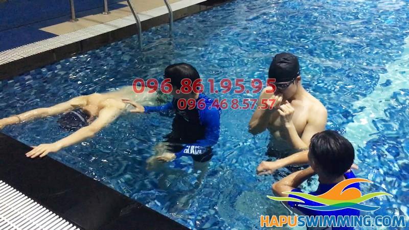 Dạy bơi tại Hapulico có cả giáo viên nam và nữ cho học viên lựa chọn - 01