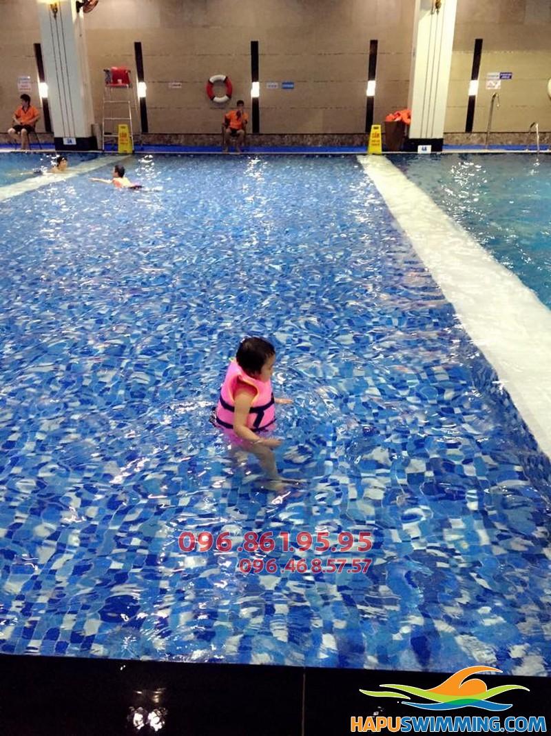 Bé học bơi ở Hapulico được học bơi trong không gian cao cấp sạch sẽ