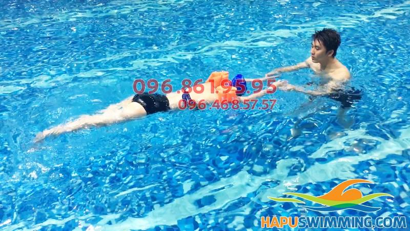 Học bơi ở Hapulico học viên được học bơi đúng kỹ thuật và học thêm các kỹ năng an toàn khi bơi cần thiết