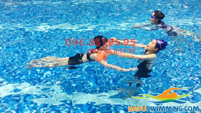 Lớp học bơi cùng giáo viên nữ an toàn, chất lượng tại Hapulico