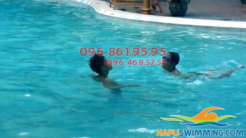 Học bơi bể nước nóng giá rẻ cho trẻ em và người lớn