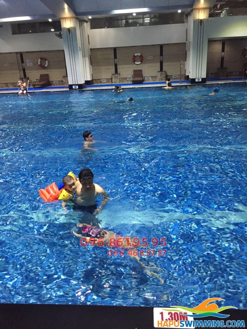 Học bơi ở Hapulico bé được học trong môi trường nước sạch sẽ, an toàn