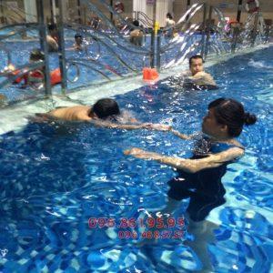 Bé học bơi ở Hapulico với hình thức kèm riêng uy tín, chất lượng