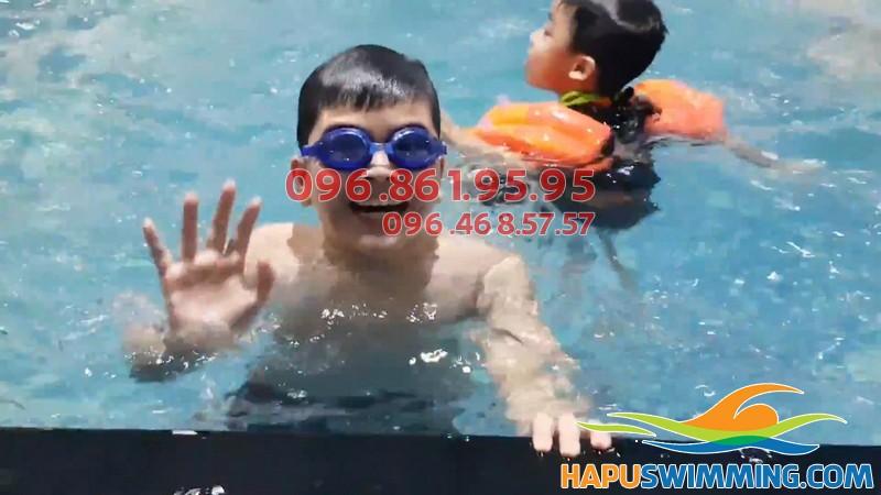 Bé học bơi vô cùng thích thú với phương pháp dạy linh hoạt của giáo viên