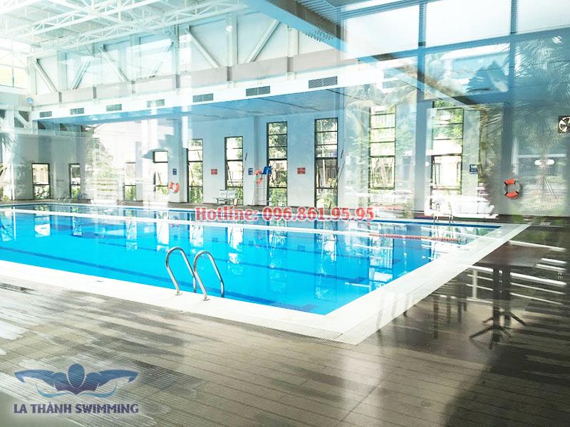Bể bơi khách sạn La Thành sang trọng, hiện đại