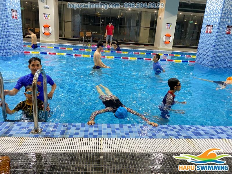 Bể bơi The Legend Nguyễn Tuân sạch sẽ, view thông thoáng
