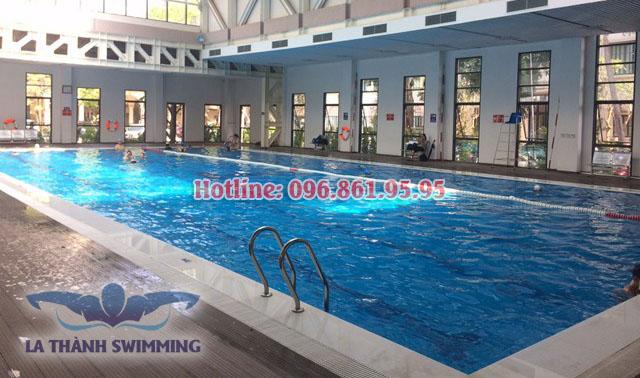 Bể bơi khách sạn La Thành, không gian thoáng mát, tiện nghi đầy đủ